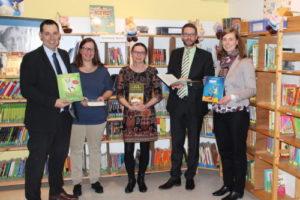 Landrat Stolz besucht Evangelische Schulbücherei: 850 EURO für neue Bücher