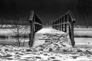 Winterlich verschneite Brücke