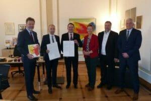 Kultusminister Lorz nimmt Hanauer Erklärung entgegen