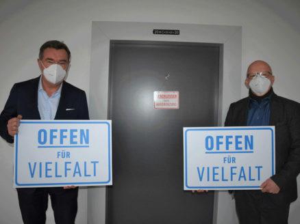 Oberbürgermeister-Klaus-Kaminsky-und-Bürgermeister-Axel-Weiss-Thiel-mit-dem-Slogan-der-Kampagne-Stadt-Hanau.